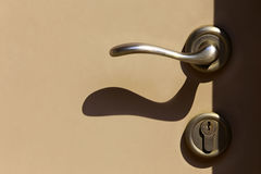 Λαβή και κλειδαριά πορτών με τις σκιές Στοκ Φωτογραφία
