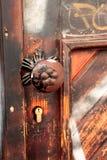 Λαβή μετάλλων στην παλαιά ξύλινη πόρτα Στοκ φωτογραφίες με δικαίωμα ελεύθερης χρήσης