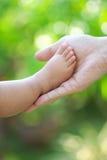 λαβή ποδιών μωρών στοκ εικόνες