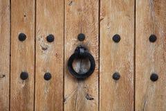 Λαβή πορτών ή kncker σε μια παλαιά ξύλινη πόρτα Στοκ Εικόνες
