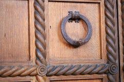 Λαβή πορτών στη μπροστινή πόρτα του ιταλικού σπιτιού Στοκ φωτογραφίες με δικαίωμα ελεύθερης χρήσης