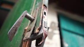 Λαβή πορτών του Τσέρνομπιλ κατά μια σπασμένη ξύλινη εισαγωγή σε μια καλύβα το καλοκαίρι σε σε αργή κίνηση φιλμ μικρού μήκους