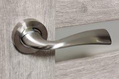 Λαβή πορτών ύφους Modren μετάλλων στην ξύλινη πόρτα Στοκ φωτογραφία με δικαίωμα ελεύθερης χρήσης