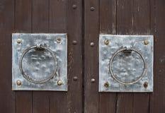 Λαβή-ρόπτρα πορτών στην παλαιά ξύλινη πύλη Στοκ φωτογραφία με δικαίωμα ελεύθερης χρήσης