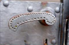 Λαβή στην παλαιά πύλη σιδήρου στοκ εικόνες