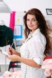 Λαβή σχεδιαστών μόδας χαμόγελου θηλυκή στα χέρια που σύρουν το μαξιλάρι και το pe Στοκ φωτογραφία με δικαίωμα ελεύθερης χρήσης