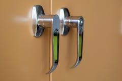 Λαβή του ντουλαπιού αρχειοθέτησης πορτών Στοκ φωτογραφία με δικαίωμα ελεύθερης χρήσης