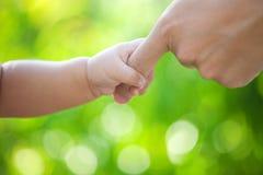 λαβή χεριών μωρών στοκ εικόνες