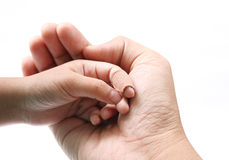 λαβή χεριών πατέρων παιδιών Στοκ φωτογραφίες με δικαίωμα ελεύθερης χρήσης