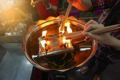 Λαβή χεριών το θυμίαμα καψίματος στο ναό Στοκ Εικόνα