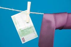 Λαβίδες, χρήματα και δεσμός με τον κόμβο, σε ένα σχοινί στοκ εικόνα με δικαίωμα ελεύθερης χρήσης