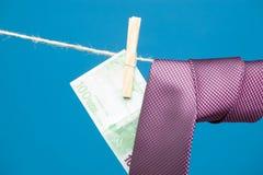 Λαβίδες, χρήματα και δεσμός με τον κόμβο, σε ένα σχοινί στοκ εικόνες με δικαίωμα ελεύθερης χρήσης