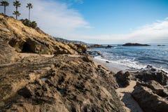 Λαγκούνα Μπιτς, Καλιφόρνια at Low Tide, που κοιτάζει προς τη μικρή σπηλιά Στοκ Φωτογραφίες