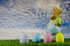 Λαγουδάκι και αυγά Πάσχας στο aky στοκ φωτογραφία