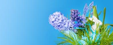 Λαγουδάκι Πάσχας διακοσμήσεων Πάσχας, αυγά Πάσχας και hyazinths Στοκ Φωτογραφίες