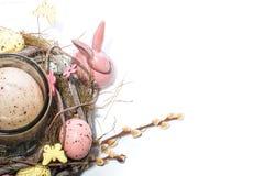 Λαγουδάκι Πάσχας υπόβαθρο-Πάσχα και διακοσμημένο κηροπήγιο με μορφή μιας φωλιάς με τα αυγά ορτυκιών στοκ φωτογραφίες με δικαίωμα ελεύθερης χρήσης