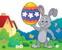 Λαγουδάκι που κρατά το μεγάλο θέμα 2 αυγών Πάσχας Στοκ Εικόνες
