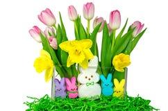 Λαγουδάκια Πάσχας με τα λουλούδια άνοιξη Στοκ Φωτογραφία