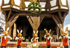 Λαγουδάκια Πάσχας μπροστά από το Δημαρχείο σε Michelstadt, Odenwald, Γερμανία Στοκ Φωτογραφίες