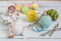 Λαγουδάκι Πάσχας, ιτιά γατών και χειροποίητα ευτυχή αυγά Πάσχας σε ένα ελαφρύ ξύλινο υπόβαθρο Στοκ φωτογραφία με δικαίωμα ελεύθερης χρήσης