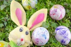 Λαγουδάκι Πάσχας και ένα χρωματισμένο αυγό στη χλόη Στοκ εικόνες με δικαίωμα ελεύθερης χρήσης