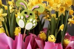 Λαγουδάκι Πάσχας και κίτρινα daffodils Στοκ εικόνες με δικαίωμα ελεύθερης χρήσης