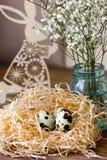 Λαγουδάκι Πάσχας με τα αυγά ορτυκιών Στοκ Φωτογραφίες