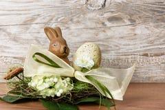 Λαγουδάκι Πάσχας με το αυγό Πάσχας στη φωλιά Στοκ εικόνες με δικαίωμα ελεύθερης χρήσης