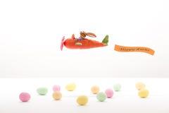Λαγουδάκι Πάσχας που πετά σε ένα καρότο-αεροπλάνο Στοκ Φωτογραφίες