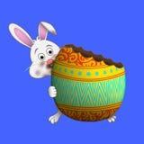 Λαγουδάκι Πάσχας που τρώει το αυγό Πάσχας Στοκ Εικόνες