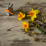 Λαγουδάκι Πάσχας σε ένα ξύλινο υπόβαθρο whigt Σύμβολο αυτών των διακοπών Στοκ Φωτογραφίες