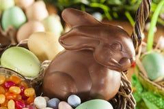 Λαγουδάκι Πάσχας σοκολάτας σε ένα καλάθι στοκ εικόνες