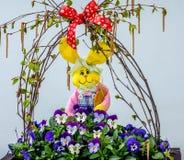 Λαγουδάκι Πάσχας στα λουλούδια Στοκ Εικόνες
