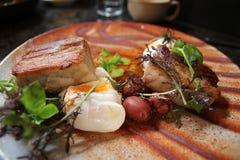 Λαθραία αυγά στην κοιλιά και τις αργές πατάτες RES χοιρινού κρέατος μωρών στοκ φωτογραφία