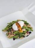 Λαθραίο αυγό με τα πράσινα φασόλια Στοκ Εικόνα