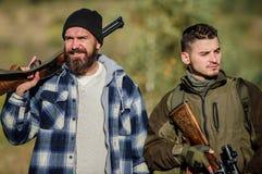 Λαθροκυνηγοί κυνηγών που ψάχνουν το θύμα Κυνηγοί με τα τουφέκια στο περιβάλλον φύσης Παράνομο κυνήγι Βάναυσοι λαθροκυνηγοί κυνηγώ στοκ φωτογραφία με δικαίωμα ελεύθερης χρήσης