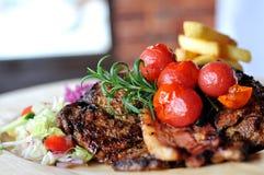 Λαιμός βόειου κρέατος με τα τηγανητά Στοκ Εικόνα