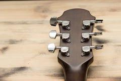 Λαιμός κιθάρων στον παλαιό επιτραπέζιο τοίχο Στοκ φωτογραφία με δικαίωμα ελεύθερης χρήσης