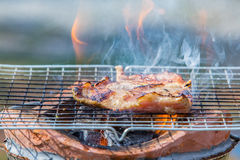 Λαιμός χοιρινού κρέατος σχαρών στη σόμπα με τη φλόγα Στοκ Φωτογραφία