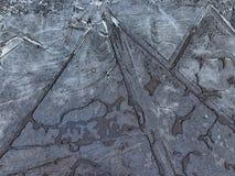 Λακκούβα του ραγισμένου πάγου που διαμορφώνει τις γραμμές και τα γεωμετρικά σχέδια Στοκ Φωτογραφίες