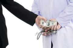 Λαμβανόμενα γιατρός χρήματα δωροδοκίας από τον επιχειρηματία Στοκ Φωτογραφίες