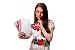 Λαμπιρίζοντας επιχειρηματίας που κρατά ένα σημειωματάριο απομονωμένο σε ένα άσπρο υπόβαθρο Στοκ φωτογραφία με δικαίωμα ελεύθερης χρήσης