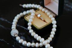 Λαμπιρίζοντας κοσμήματα διαμαντιών και μαργαριταριών στοκ εικόνα με δικαίωμα ελεύθερης χρήσης
