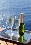 Λαμπιρίζοντας κρασί στις διακοπές κρουαζιέρας στοκ εικόνες με δικαίωμα ελεύθερης χρήσης