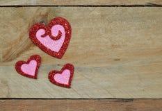 Λαμπιρίζοντας κόκκινες και ρόδινες καρδιές για την ημέρα του βαλεντίνου Στοκ Εικόνες