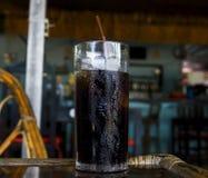Λαμπιρίζοντας ποτό με τον πάγο στο γυαλί Δροσερό ποτό στην καυτή θερινή ημέρα Κοκ στο γυαλί με το άχυρο Στοκ φωτογραφία με δικαίωμα ελεύθερης χρήσης