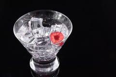 Λαμπιρίζοντας ποτό σε ένα martini γυαλί με ένα σμέουρο Στοκ Εικόνα