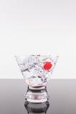 Λαμπιρίζοντας ποτό σε ένα martini γυαλί με το κεράσι Στοκ φωτογραφία με δικαίωμα ελεύθερης χρήσης