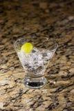 Λαμπιρίζοντας ποτό στον πάγο με τα φρούτα Στοκ φωτογραφία με δικαίωμα ελεύθερης χρήσης