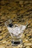Λαμπιρίζοντας ποτό στον πάγο με τα φρούτα Στοκ εικόνες με δικαίωμα ελεύθερης χρήσης